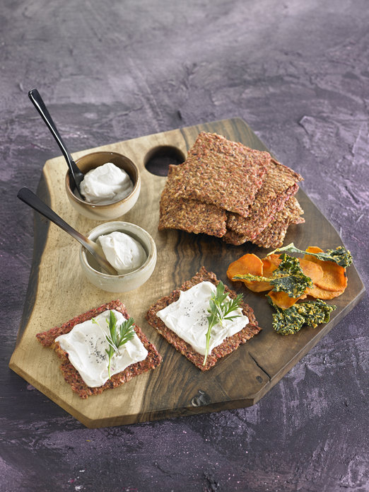 queso-cremoso-de-anacardos-con-raw-crackers-de-remolacha-y-manzana.-foto-becky-lawton_gallery_r