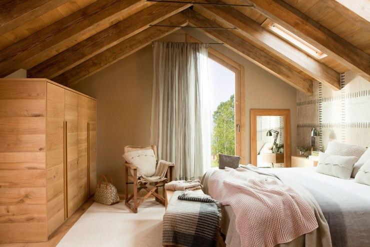 dormitorio-rustico-con-techo-de-vigas-de-madera-armarios-de-madera-y-pared-del-cabecero-con-papel-pintado-que-imita-el-cuero_70ab0bff
