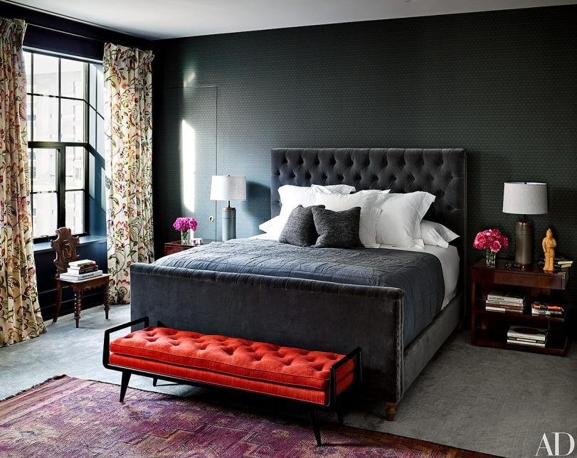 dormitorio naomi watts cabecero clasico capitone terciopelo banco pie de cama